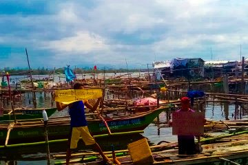 Bacoor fisherfolk demands food relief and urgent free mass testing amid lockdown.